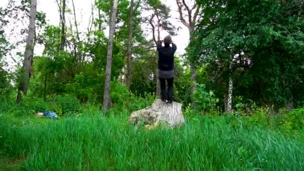 Muž skok na pozadí lesa a přírody