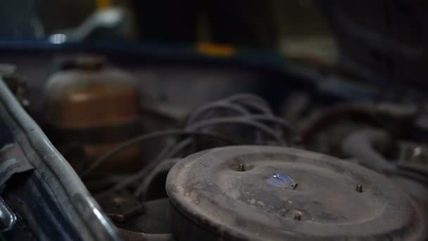 Garáž, auto opravna a automechanik zavírání kapoty vozu
