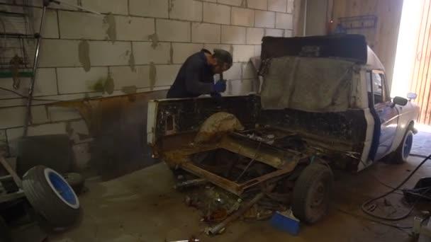 Demontáž části rezavé auto před opravou