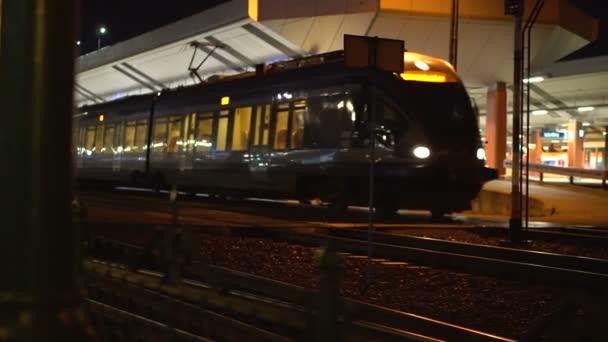 Vlak přijíždí na nádraží v noci