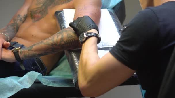 Ăşpravu provedla tetování nástroj získávání tetování člověkem
