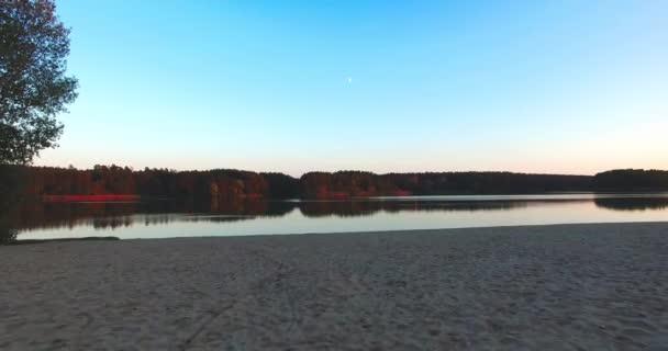 Příroda krajina písečná pláž na západu řeka a obloha klidném bezvětrném počasí