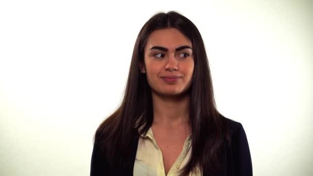 Mädchen mit Zahnspange schaut sich um Lächeln Unsicherheit und sorgen vor dem interview