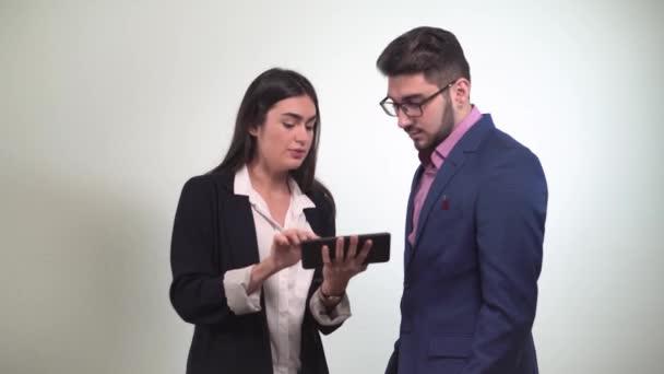 Obchodní partneři projednat podmínky dohody, při pohledu na tabletu holka řekne ten o výhodách a oni potřást rukou