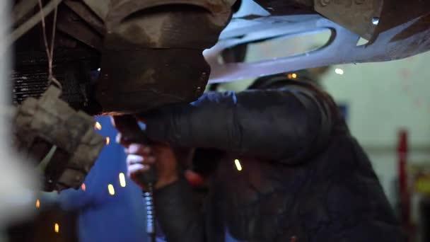Muž Svářečka opravy karoserie odložit masky zobrazíte výsledek bez jiskry ze zahřívaného kovu