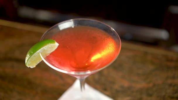 Piros ital martinis pohárban a bárpulton, Cosmopolitan koktél közelkép
