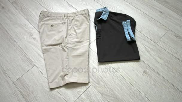 Pánské oficiální oblečení včetně mléčně kraťasy, černé tričko, brýle a doplňky. Plochá ležel, horní pohled