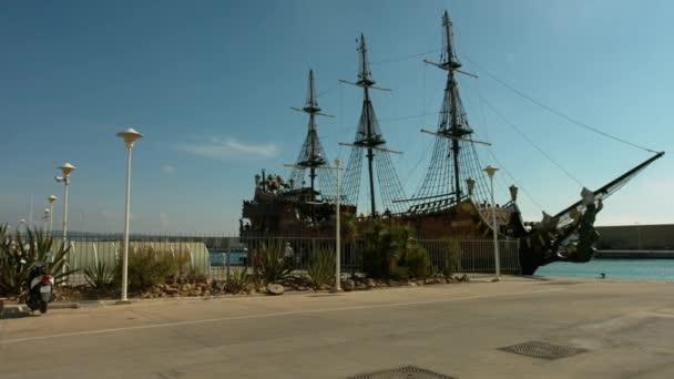 pirátská loď ve Středozemním moři
