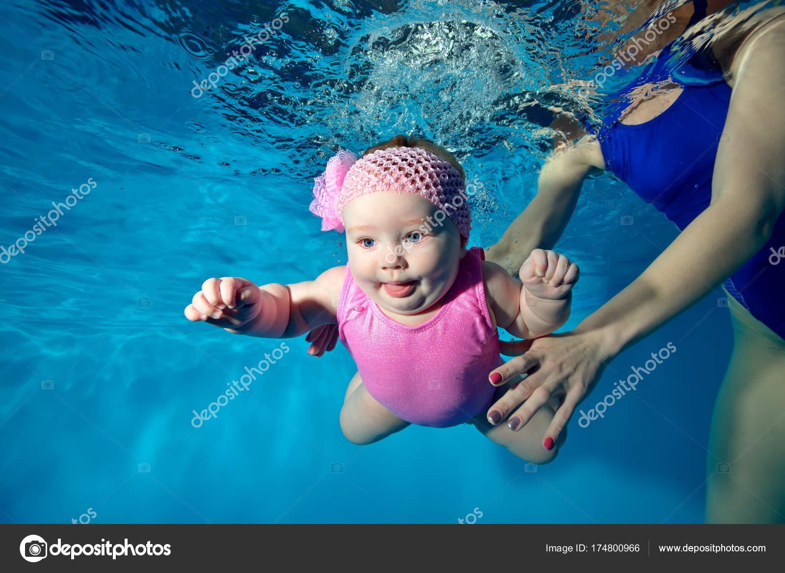 2f031e269 Una Bebé Niña Nada Bajo Agua Piscina Con Los Ojos — Foto de Stock