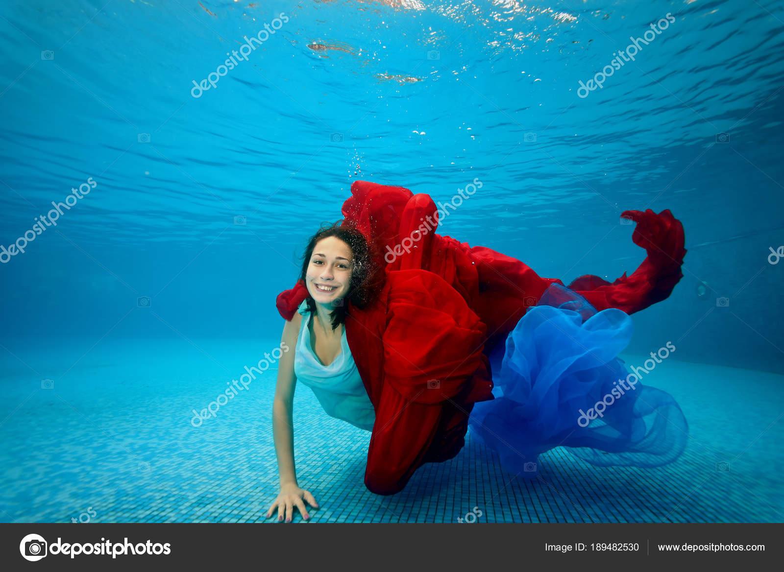 девушки под водой видео скачать