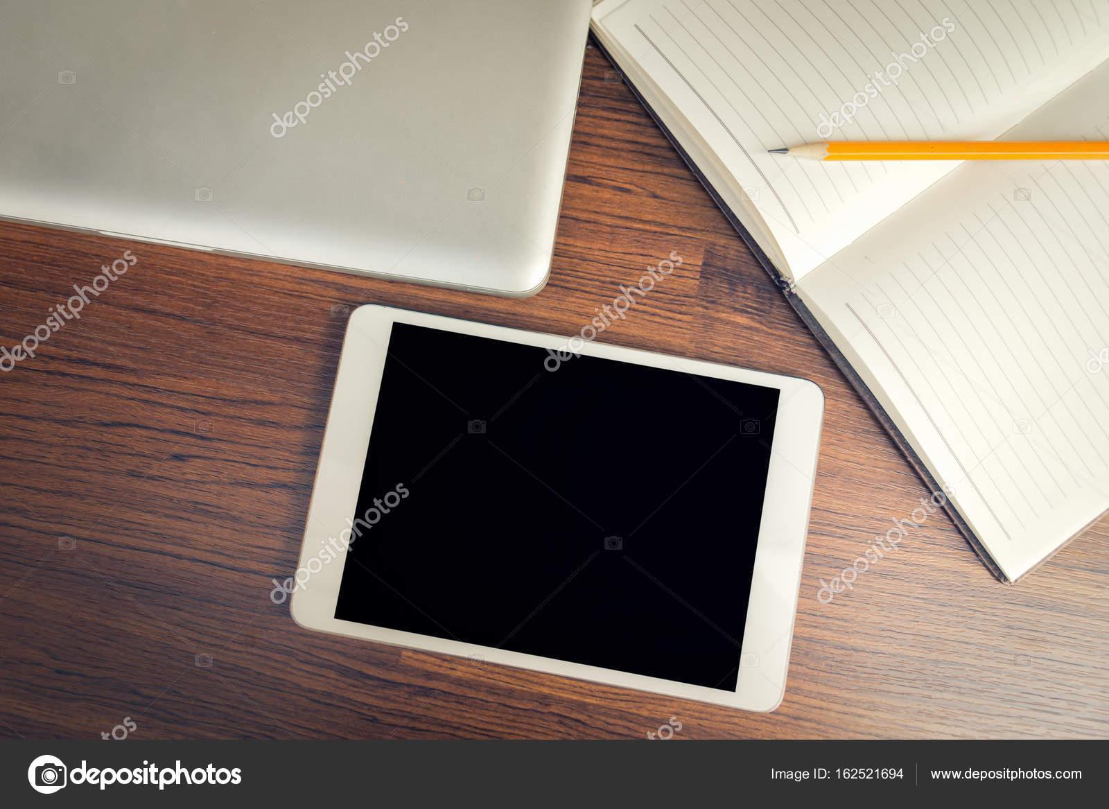 écran de la tablette noir sur bois bureau sur la vue de dessus