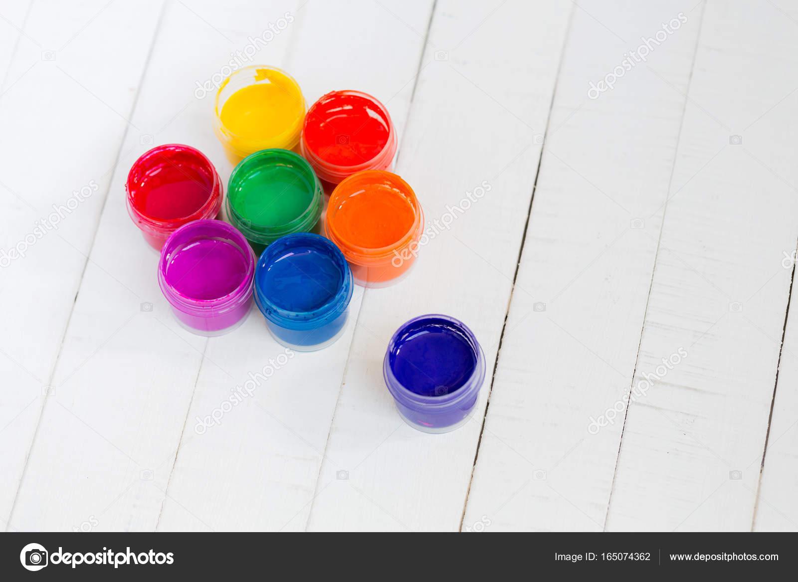 Pots Ouverts Avec Peinture Colorée Sur Un Fond En Bois Blanc école