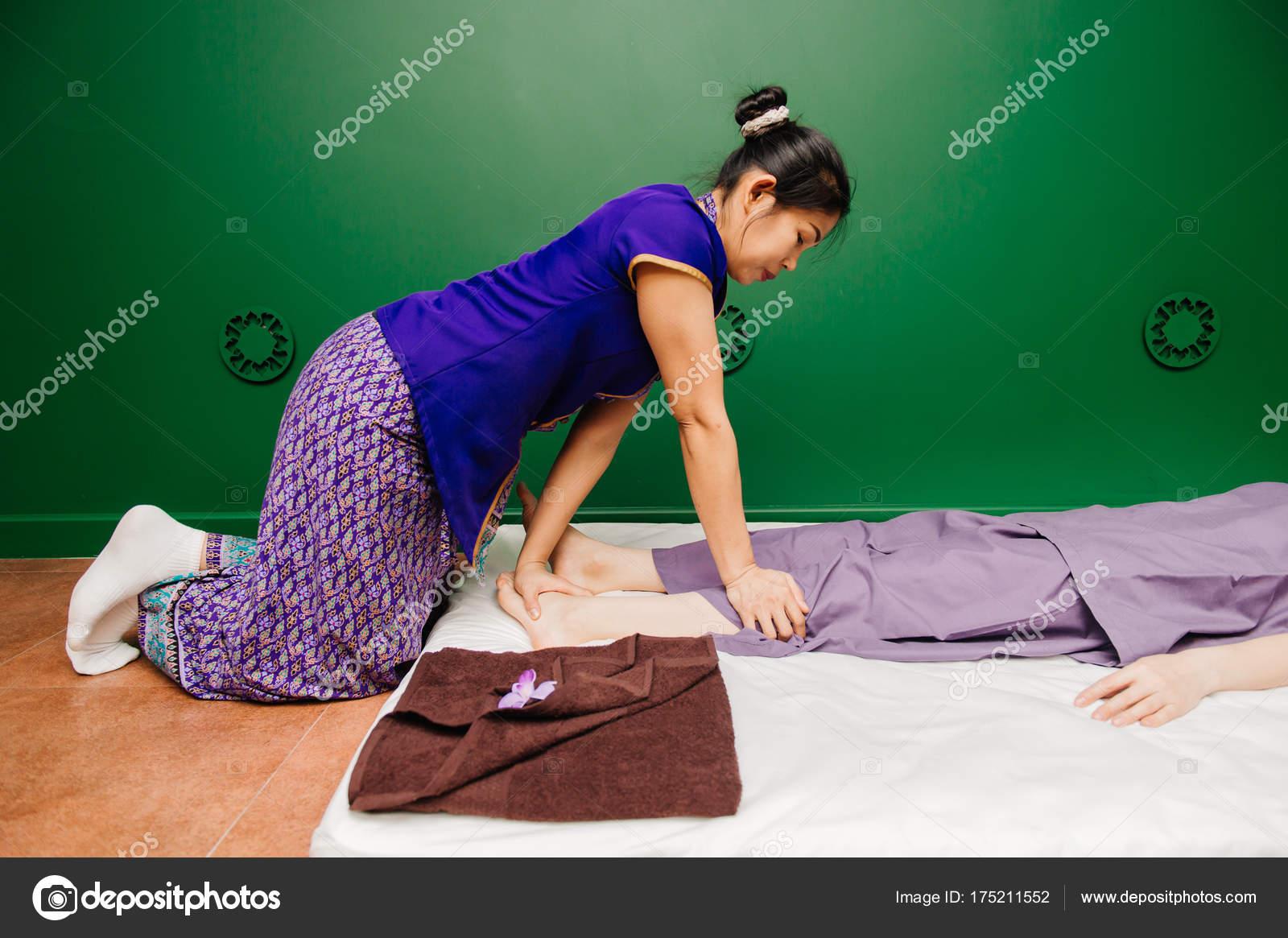 Chica joven masajista tailandesa entrenador vestido exótico oriental ...