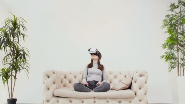 Kavkazské bruneta dívka používající brýle Vr. Minimalistický pokoj design