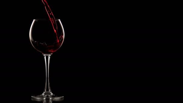 Červené víno nalijte, pomalý pohyb