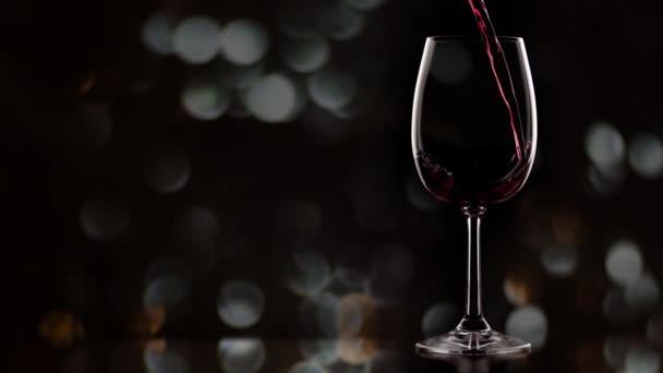 Wein im Glas. warmes rundes Fahrrad, Zeitlupe
