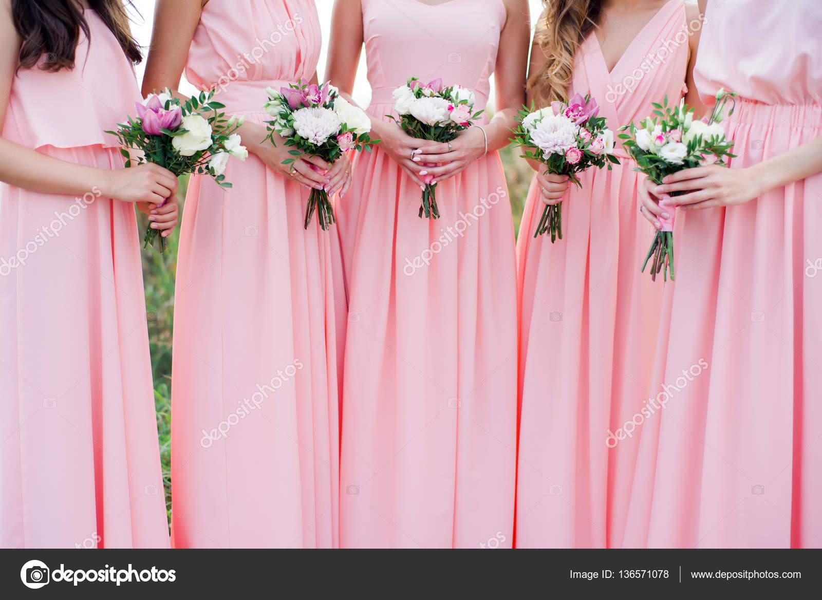 Gloriosas damas de honor en vestidos rosa con flores — Fotos de ...
