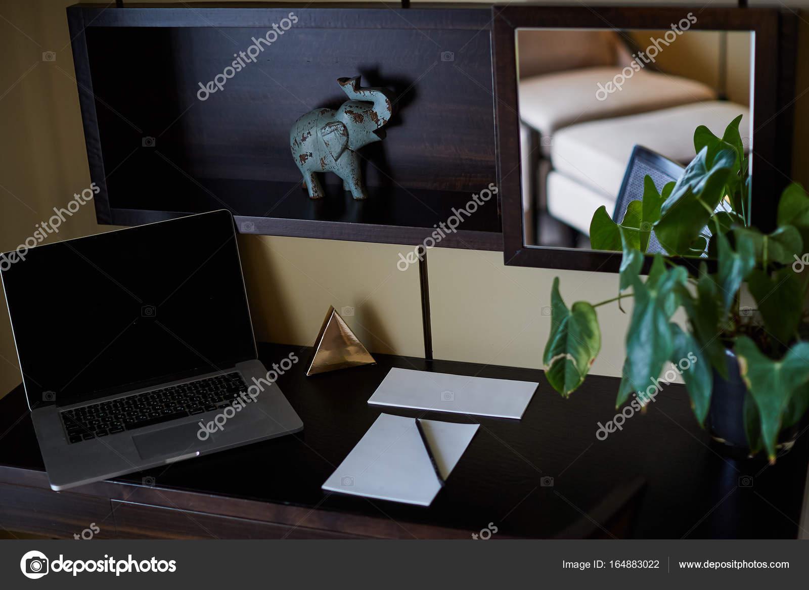 Scrivania Ufficio Grande : Superiore vista di moderna tecnologia di funzionamento posto sulla