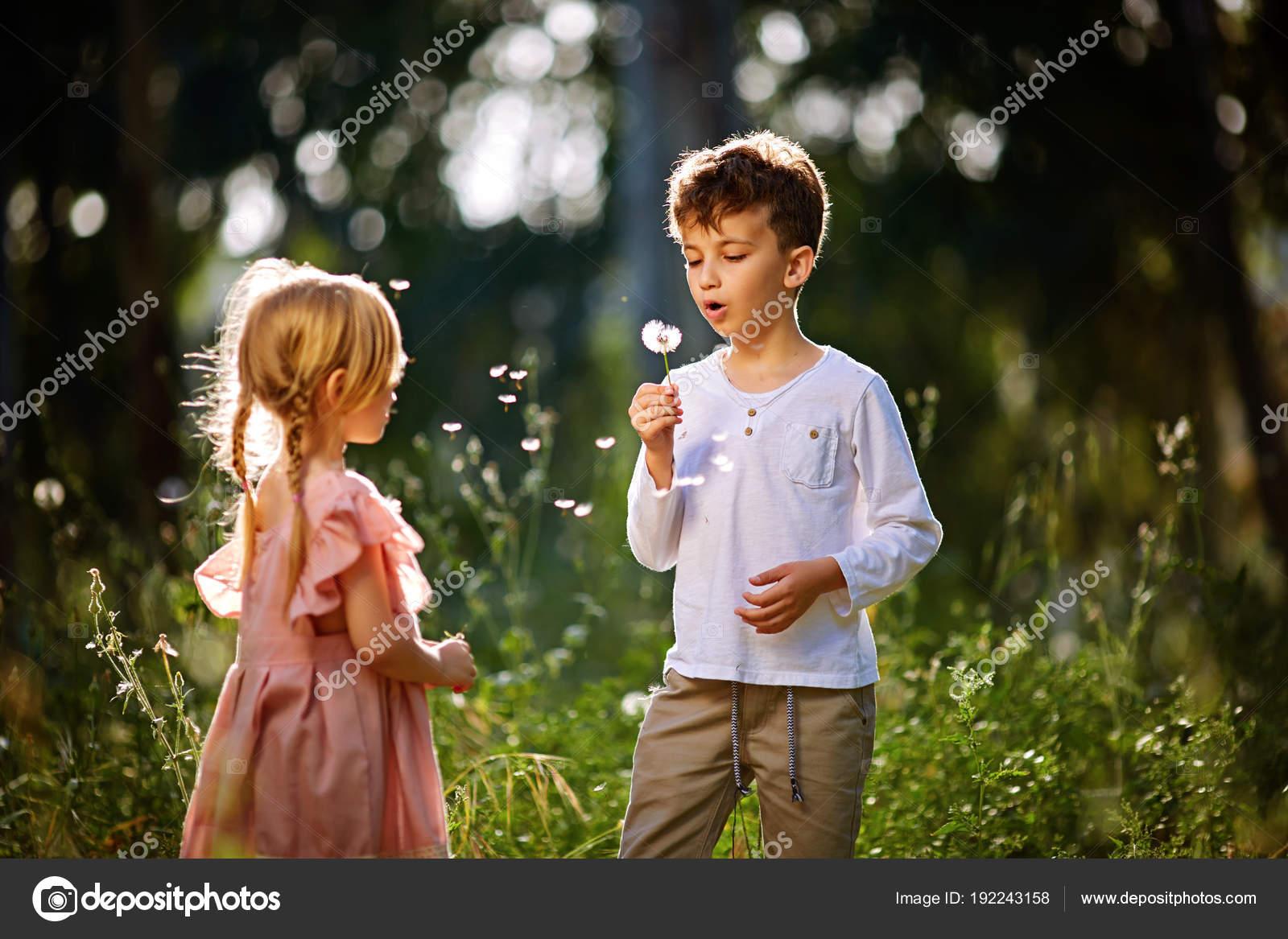 Девушка и парень играют вместе