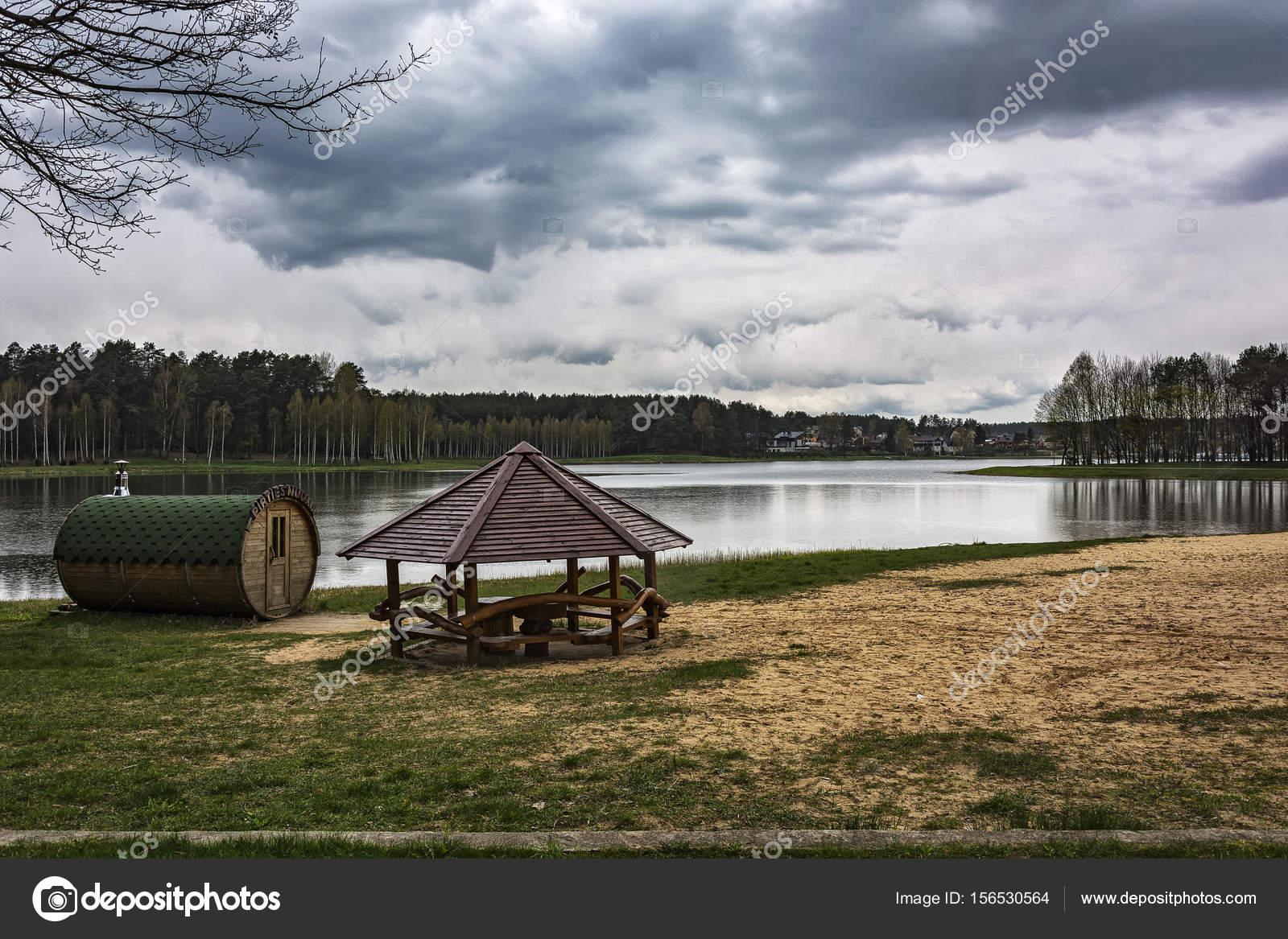 Banos Lago.En La Orilla Del Lago Del Bosque Hay Una Casa De Banos Y Un