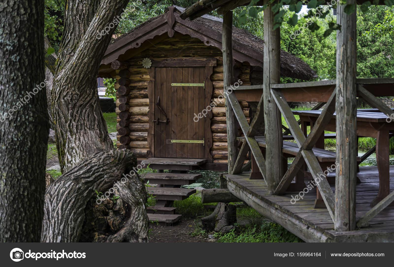 Edificio de madera y un mirador entre árboles — Fotos de Stock ...