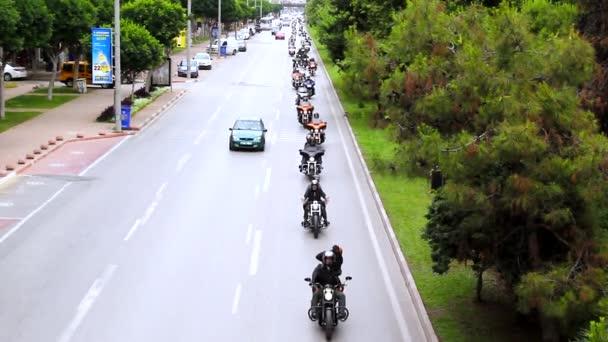 Antalya, Turecko - 21. května 2017: Antalya, Harley Davidson motor konvoje na silnici. Festival se jmenuje Antalya Rally, Demo Truck