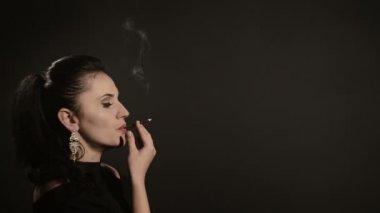 Курит красиво на видео