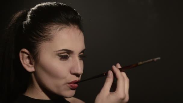 Девушка с сигаретой видео киска ебется сексуальные