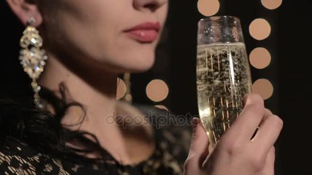 nő iszik pezsgőt ünnepi fények a háttér egy pohár éjjel
