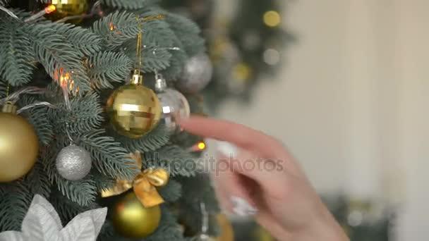 Wer Schmückt Den Weihnachtsbaum.Vorbereitung Auf Das Weihnachtsfest Frau Schmückt Einen Weihnachtsbaum