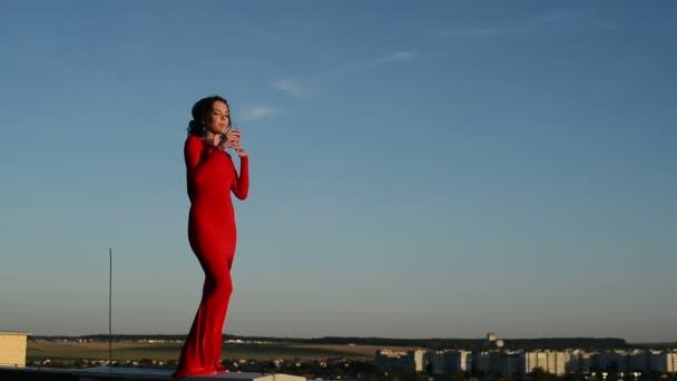 Krásná bruneta dívka v červených šatech