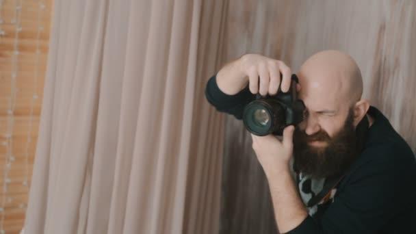Fotograf Mann arbeitet in einem Fotostudio