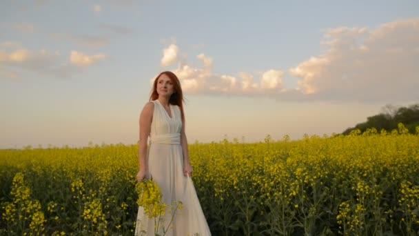 Resultado de imagen de La bella joven paseaba por el florido prado