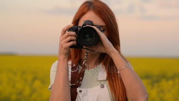 Egy fiatal nő Pospech virágzó mező és mosoly