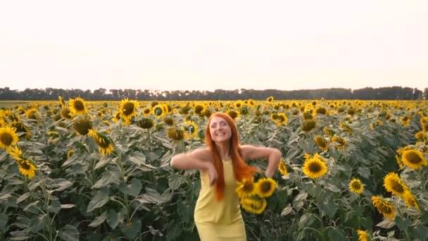 Mladá žena houpající se v poli slunečnic, pomalý pohyb