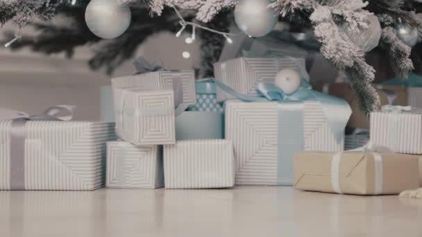 Zblízka ozdobený stromeček s dárky