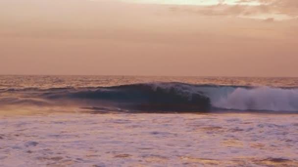 Panorama z vln oceánu při západu slunce