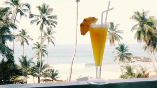 alkoholfreie Ananas cocktail in ein Glas auf einem tropischen Strand Hintergrund