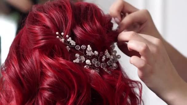 šperky do vlasů nevěsty přišijeme ruce kadeřníka