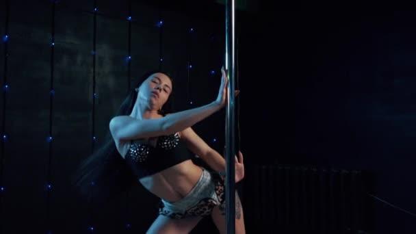 junge schöne Frau führt sinnlichen Tanz auf.