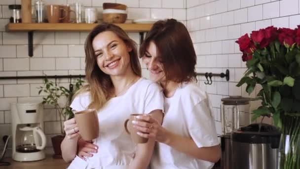 Mladá dvojice lesbiček se doma něžně mazlí.