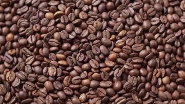 Sötét pörkölt kávébab mozog egy kört.