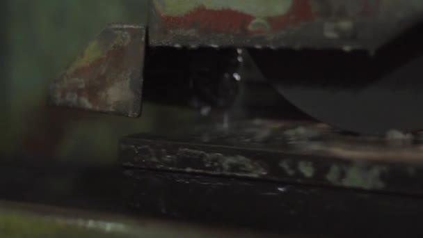 Stroj zpracovává jiskry na tváření kovů.