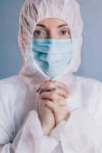 Egy női orvos imádkozik. Közelről..