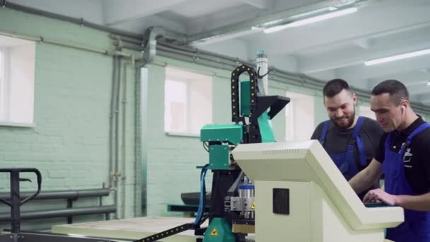 Mentor trénuje stážistu v továrně.