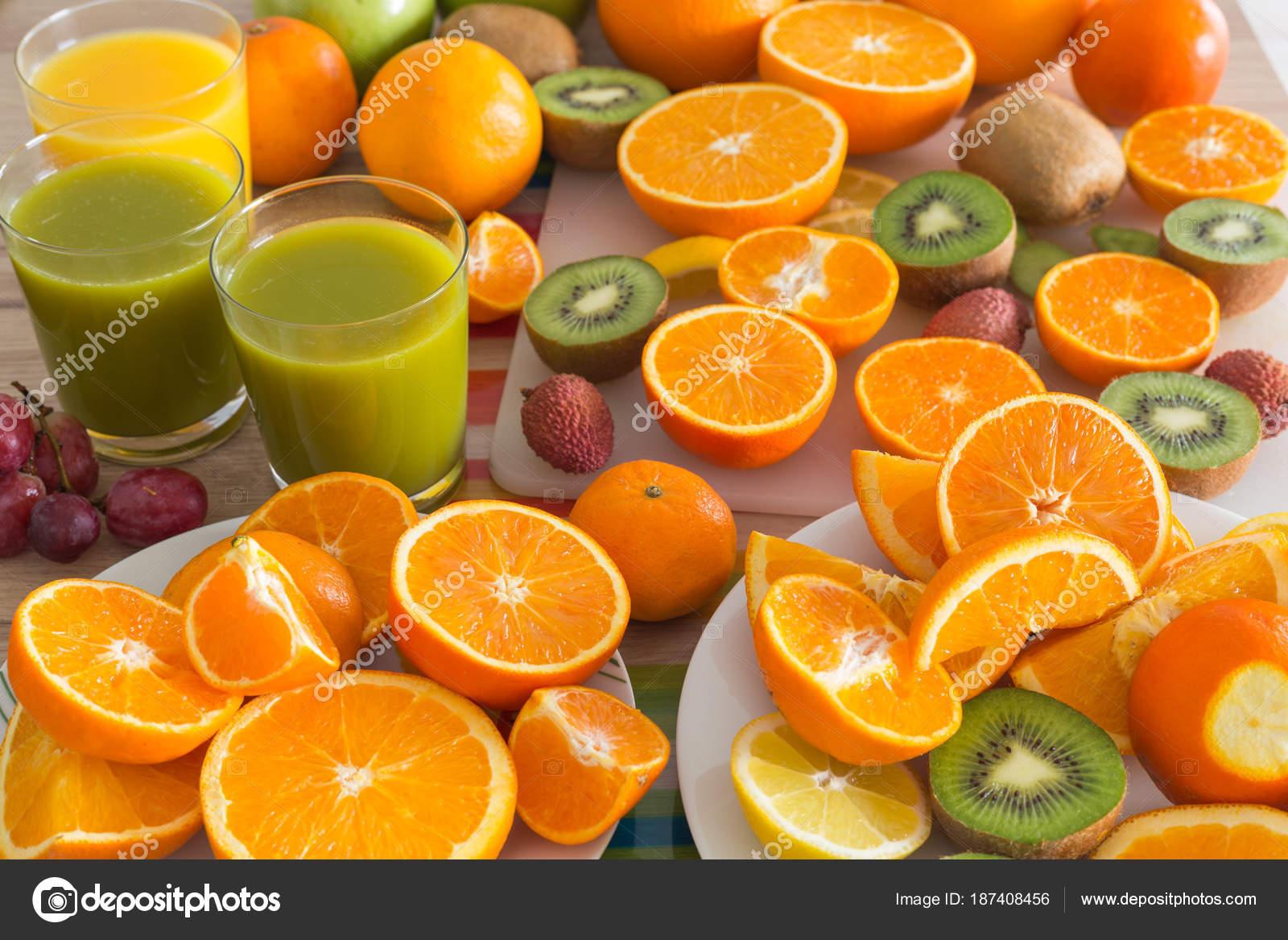 Küchentisch Set Mit Verschiedenen Arten Von Obst Und Säfte ...