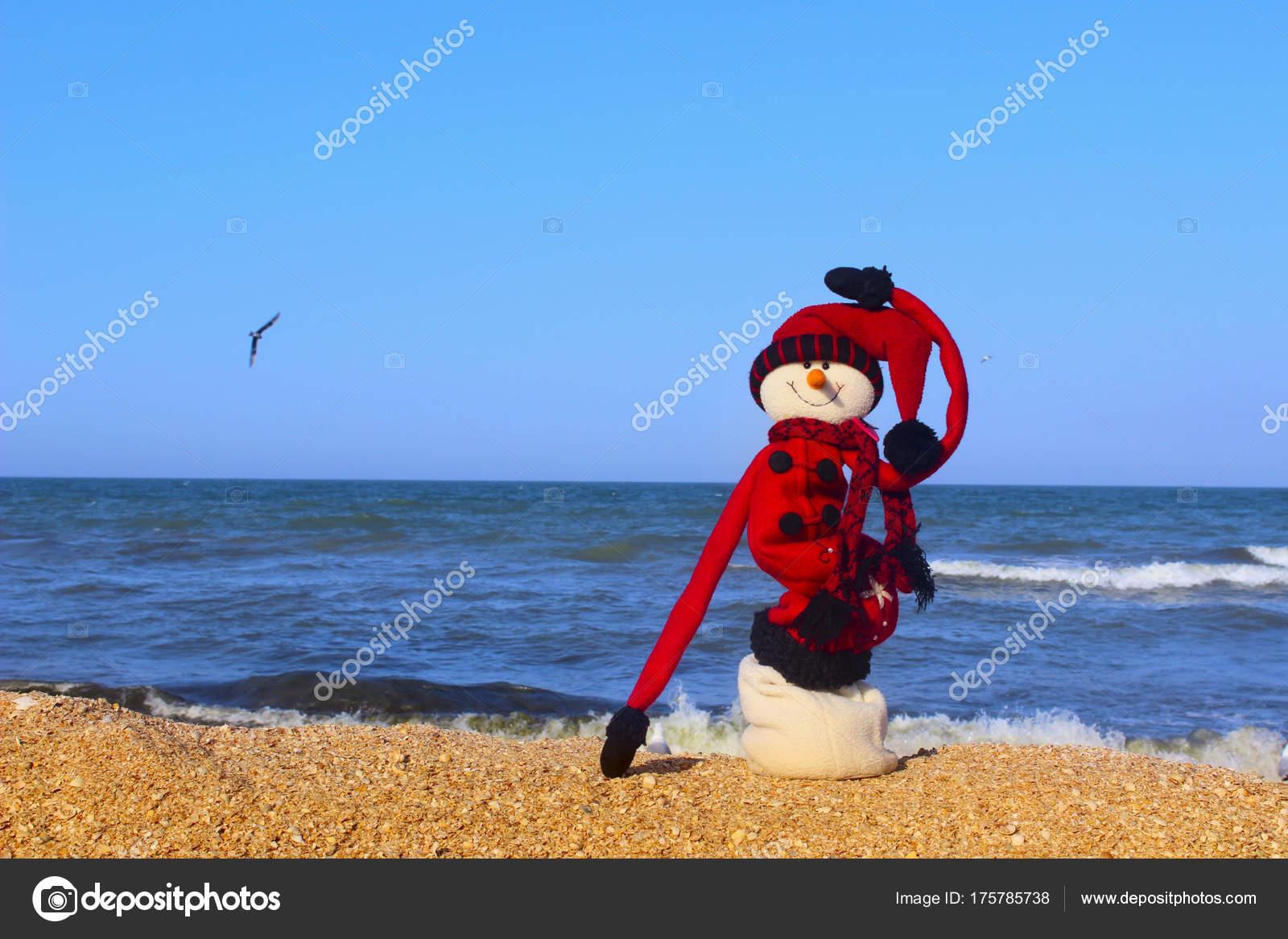 9218fdad72bf Χριστούγεννα Ταξίδια Διακοπές Concept Snowman Στα Κόκκινα Ρούχα Στέκεται  Χιονάνθρωπος — Φωτογραφία Αρχείου