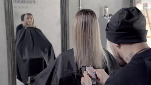 Kadeřník stříhá a stylizuje vlasy. Shot at 50 fps