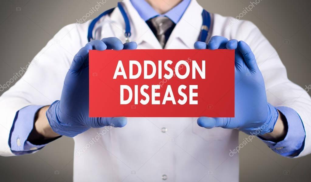 Mains du médecin en gants bleus indique le mot maladie d'addison ...