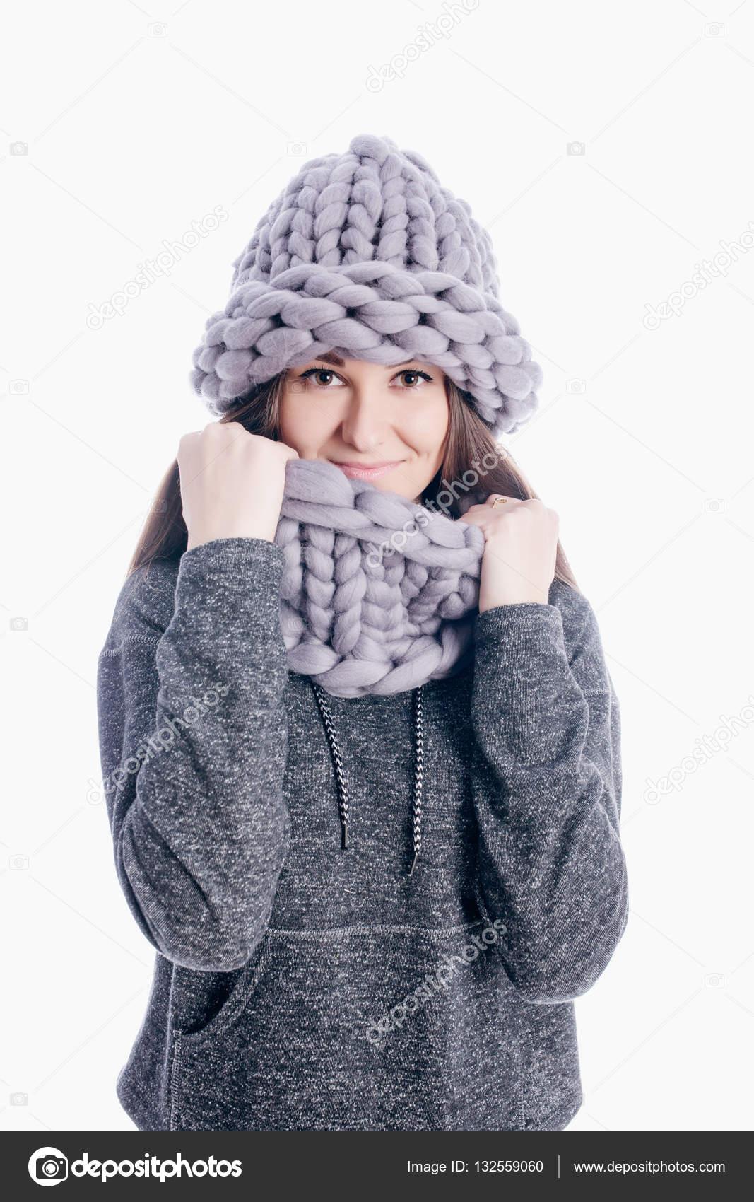Donna abbastanza giovane grigio sciarpa e cappello isolato su priorità  bassa bianca — Foto di andreychuk7.92.gmail.com b669617016c5